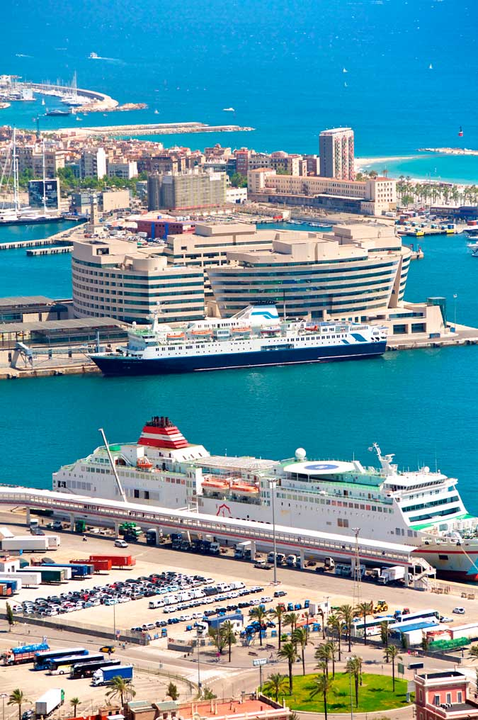Panorámica Crucero en Puerto de Barcelona, World Trade Center, Port Olimpic y Playa de la Barceloneta.